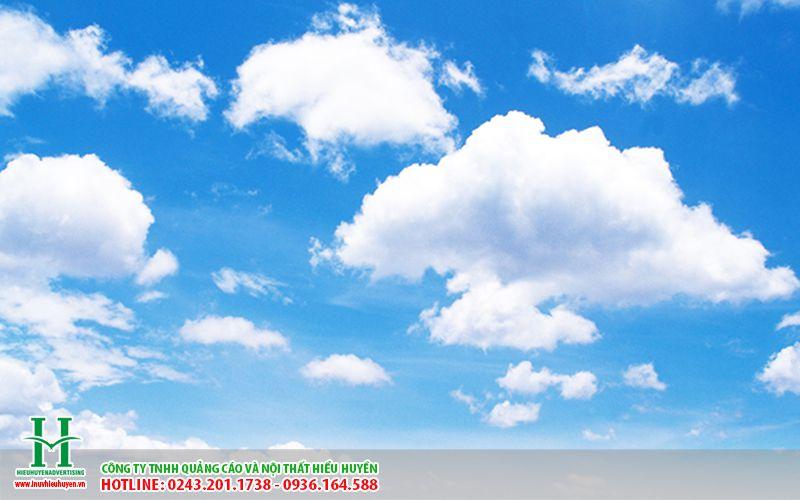 trần xuyên sáng in bầu trời xanh làm trần trung tâm thương mại