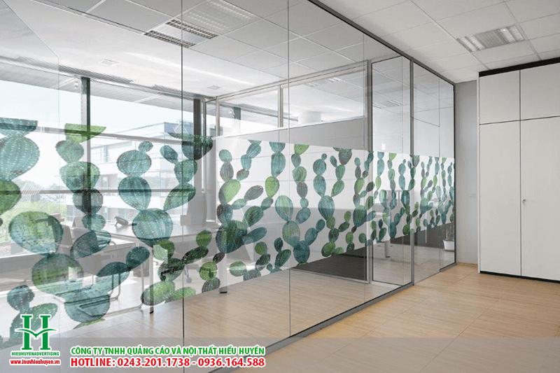 In UV lên kính chịu lực làm vách ngăn kính văn phòng